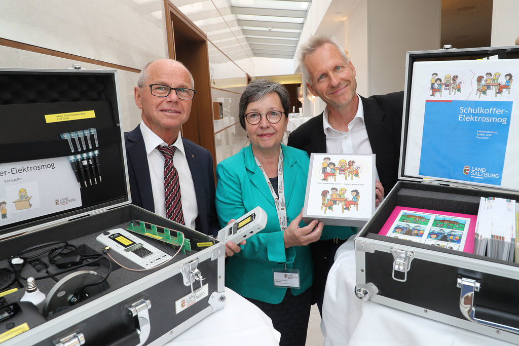 Umweltmediziner Gerd Oberfeld stellt bei der Tagung den Schulkoffer Elektrosmog ..