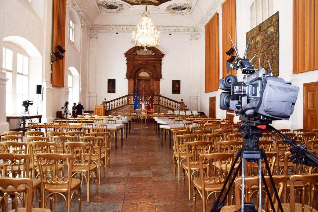 Die Vorbereitungen zur konstituierenden Sitzung im Carabinierisaal der Salzburge..
