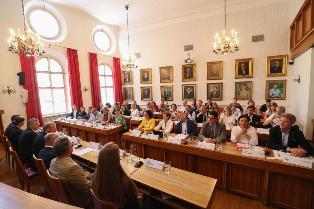 Sieben Punkte standen heute Vormittag auf der Tagesordnung der Ausschussberatung..