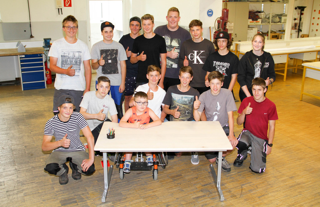 14 Schüler der PTS Mittersill haben für Tobias Seber (6) einen Tisch maßangefert..