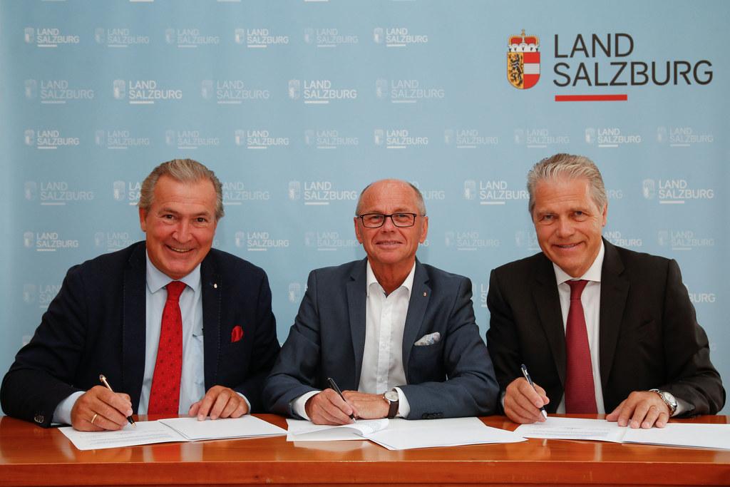Im Bild v. li: SALK GF Paul Sungler, LH-Stv. Christian Stöckl, AUVA OM Anton Ofn..