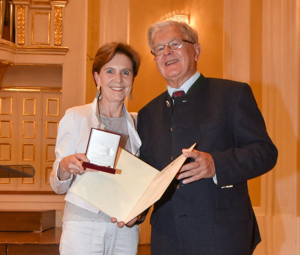 Landtagspräsidentin Brigitta Pallauf überreichte im Mozarteum Salzburg das Pro C..