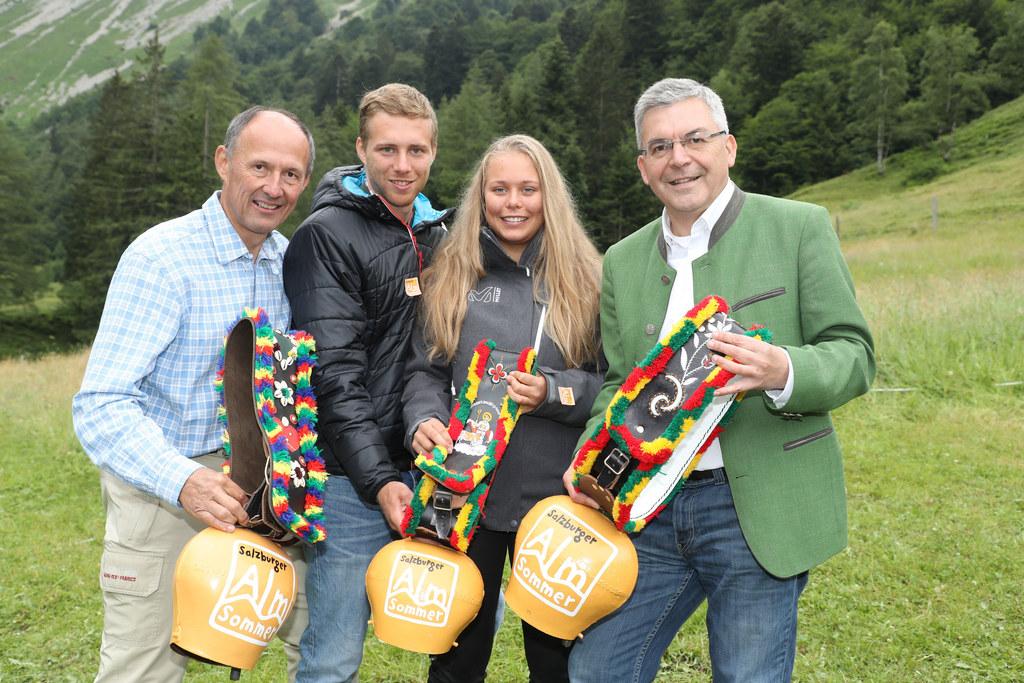 LR Josef Schwaiger, Carina und Julian Edlinger sowie Leo Bauernberger (SLT) läut..
