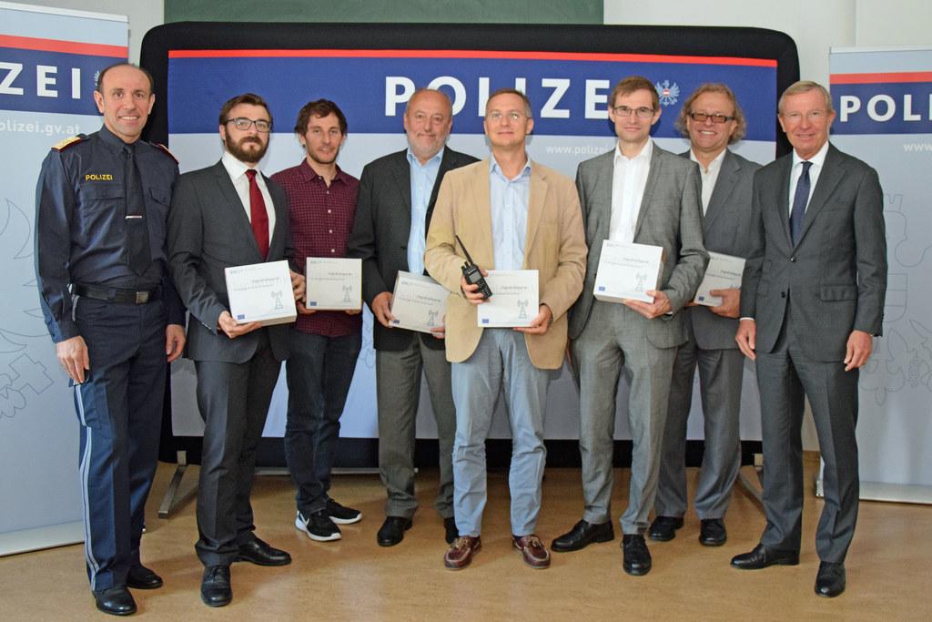 Übergabe Digitalfunkgeräte: v.l.n.r. LPD-Direktor Franz Ruf, Patrick Pichler von..