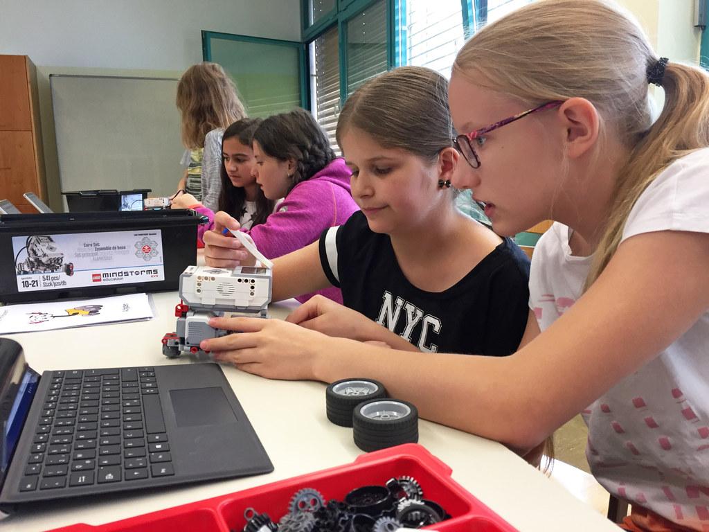 Begeistert sind die jungen Mädchen und Burschen im Workshop Robotik am Werk. Im ..