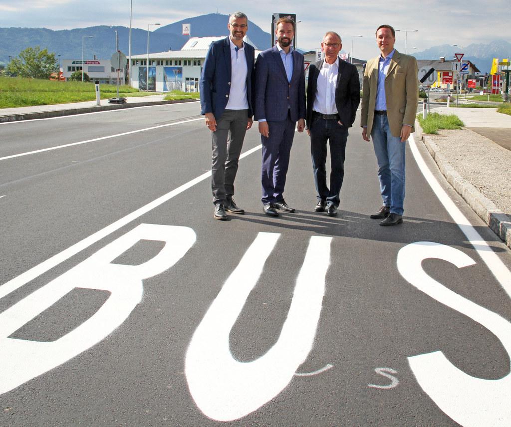 Neue Busspur in Elixhausen, im Bild: Bürgermeister Renue Kuel (Mattsee), Landesr..