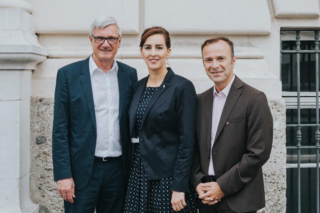 Unterstützung entlastet Direktoren: Bürgermeister Harald Preuner, Landesrätin Ma..