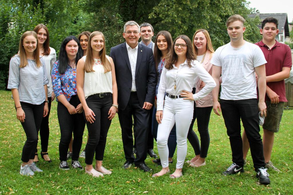 LR Josef Schwaiger mit den Lehrlingen, die am 3. September ihren ersten Arbeitst..