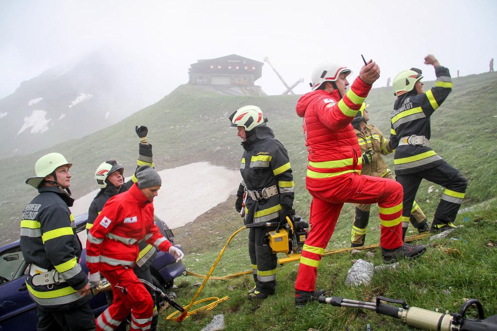 Unter widrigsten Bedingungen haben rund 200 Einsatzkräfte am Fuscher Törl den Er..