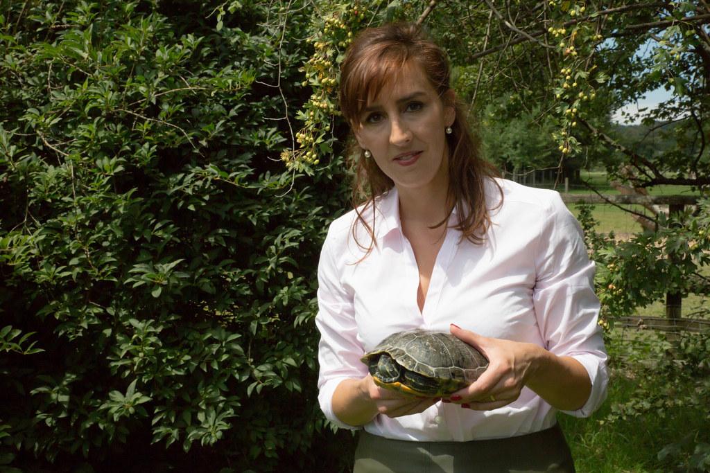 LR Maria Hutter mit einer Schmuckschildkröte.