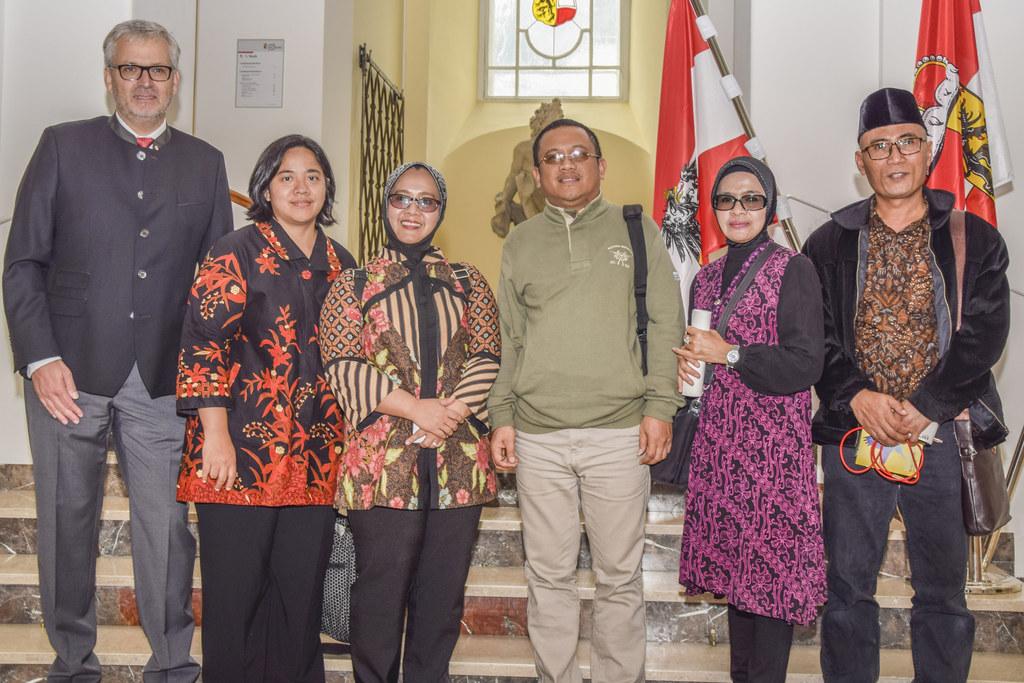 Zweiter Landtagspräsident Sebastian Huber (l.) mit indonesischer Delegation aus ..