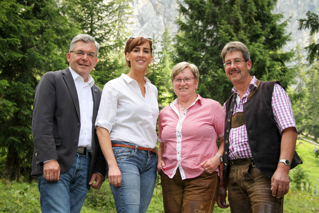 LR Josef Schwaiger und LR Maria Hutter mit den Almbauern Anni und Rupert Bergmül..