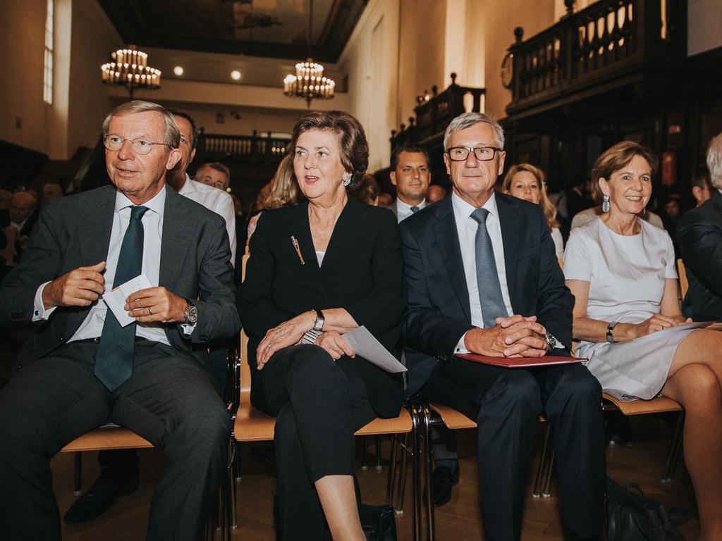 Wilfried Haslauer (l.) bei der Verleihung der Ehrenbürgerschaft der Stadt Salzbu..