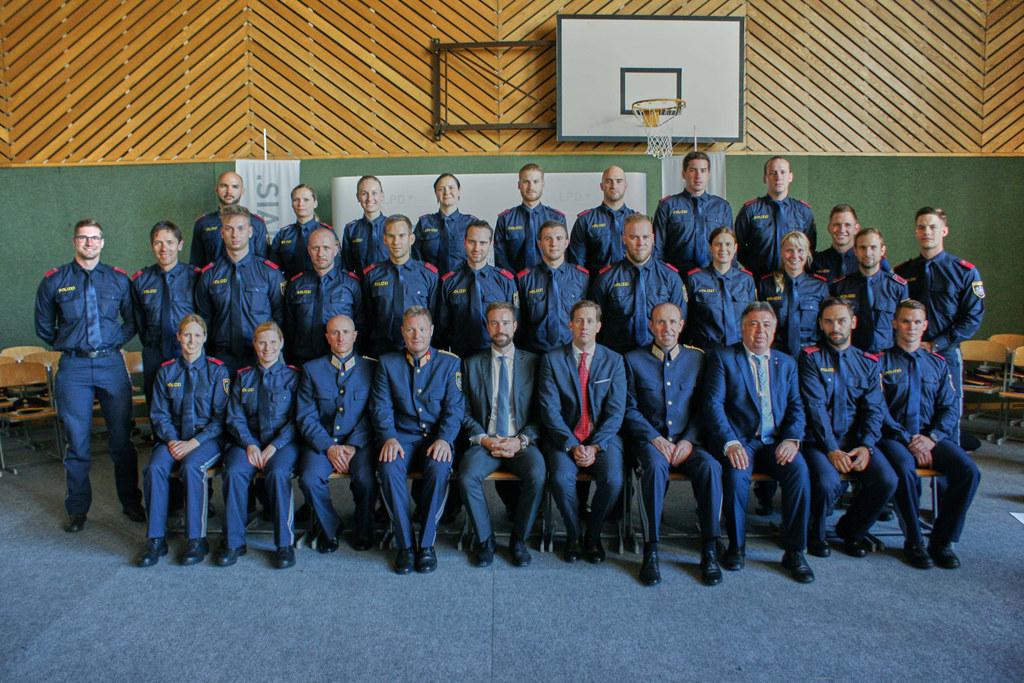 Landesrat Stefan Schnöll beim Jahrgangsabschluss der Polizeigrundausbildung mit ..