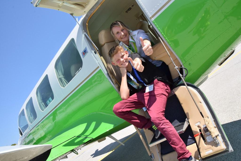 Kindertraum-Gewinner Florian Bischof mit Pilotin Astrid Emersberger am Flughafen..