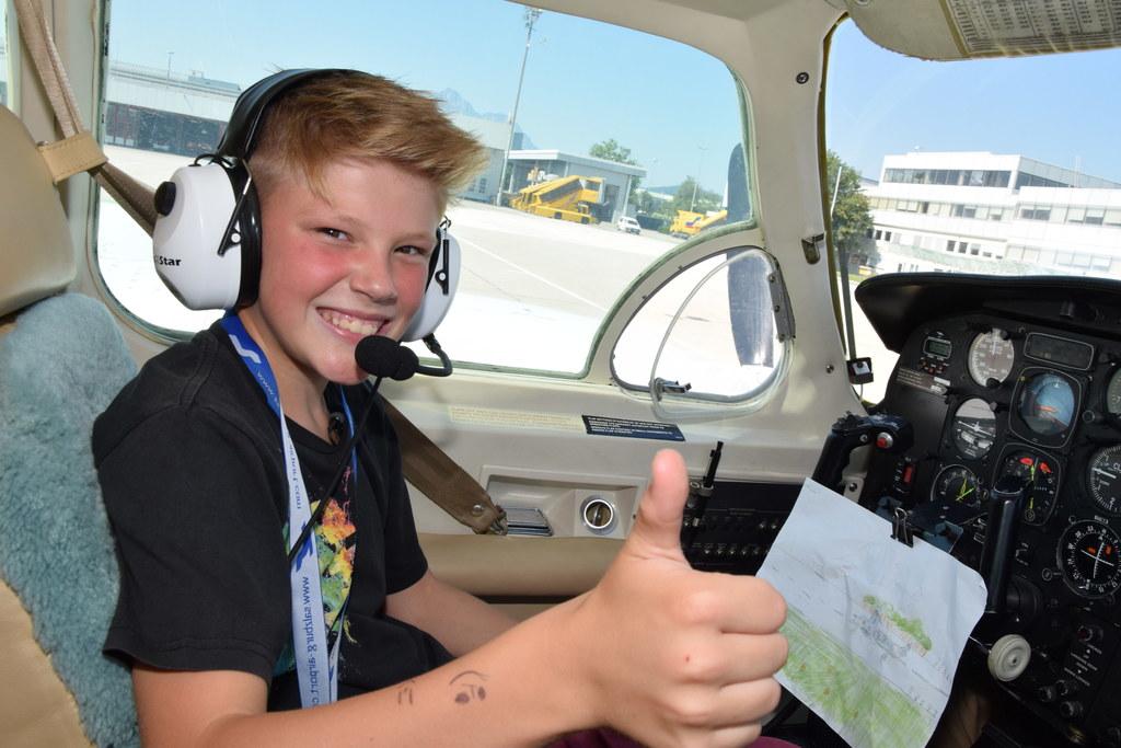 Florian im Cockpit eines Flugzeugs am Airport Salzburg