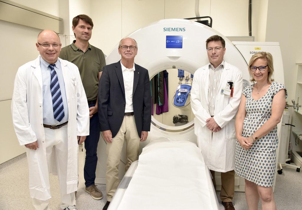 LH-Stv. Christian Stöckl mit dem neuen CT und Primar Dr. Gregor Labus, Franz Gsc..