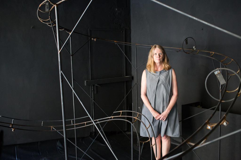 Fiona Crestani inmitten ihrer Kunstinstallation im früheren Juwelier Hügler in B..