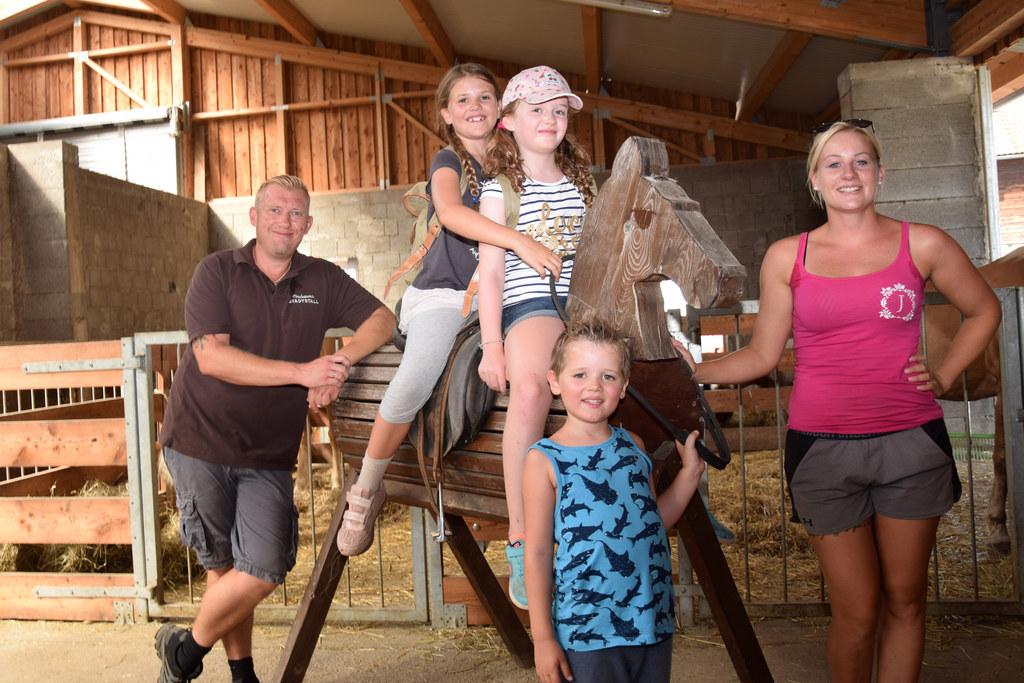 Kindertraum-Gewinner Sarah, Laura und Felix mit Christian Huber und Jasmin Erlac..