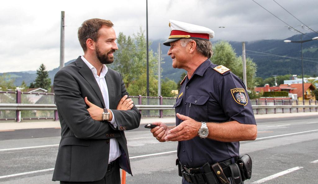 Chefinspektor Wolfgang Ebner von der Polizei informierte LR Stefan Schnöll über ..