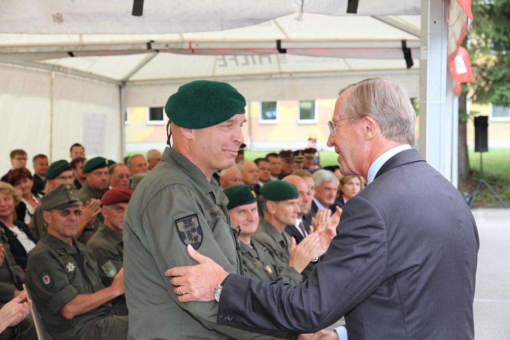 Landeshauptmann Wilfried Haslauer gratuliert Anton Waldner zur neuen Aufgabe als..