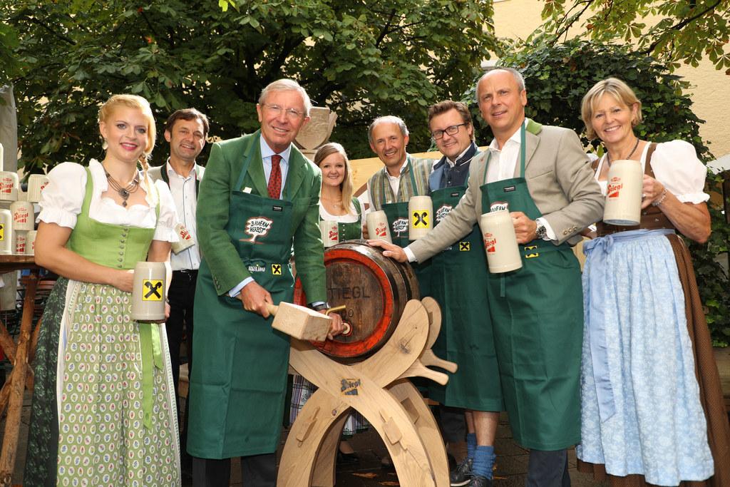 Eröffnung Salzburger Bauernherbst in der Stiegl Brauwelt. Beim Bieranstich: (v.l..