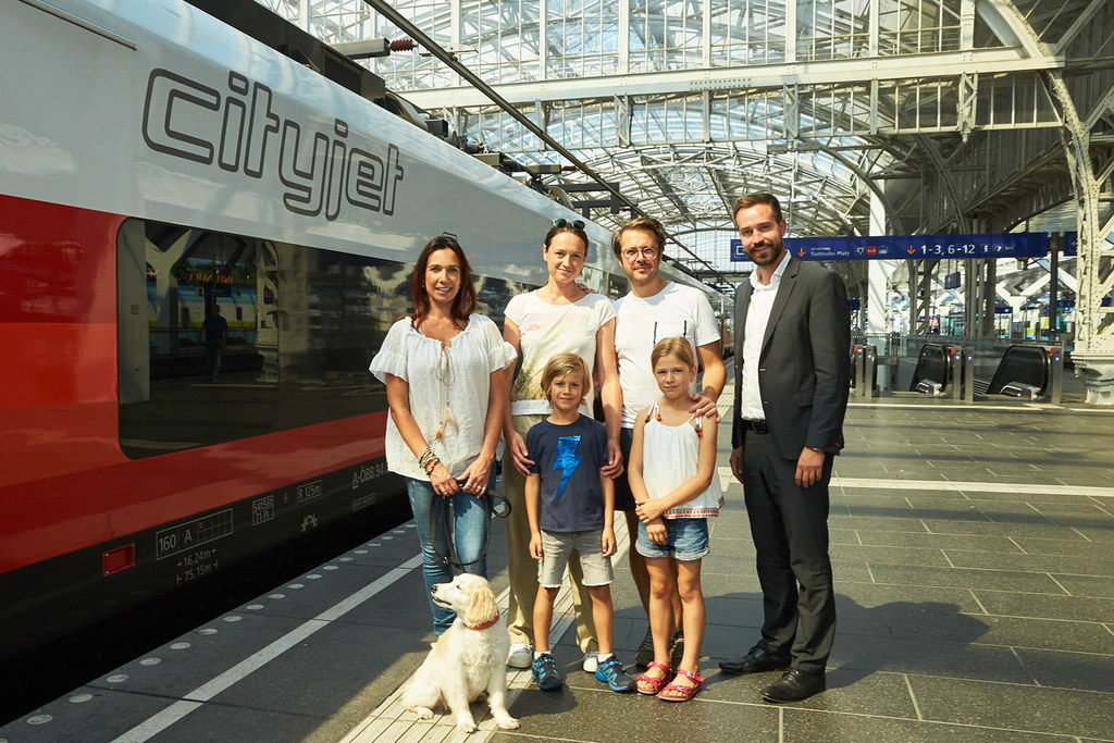 LR Stefan Schnöll (r.) besuchte am Salzburger Hauptbahnhof das Fotoshooting für ..