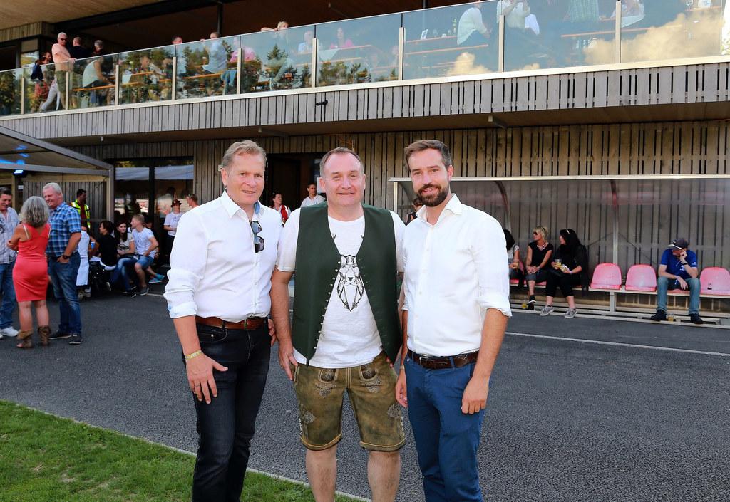 Tolle Stimmung bei der Eröffnung der neuen Sportanlage in Saalfelden, mit dabei: Bürgermeister Erich Rohrmoser, FC-Pinzgau-Präsident Christian Herzog und Landesrat Stefan Schnöll.