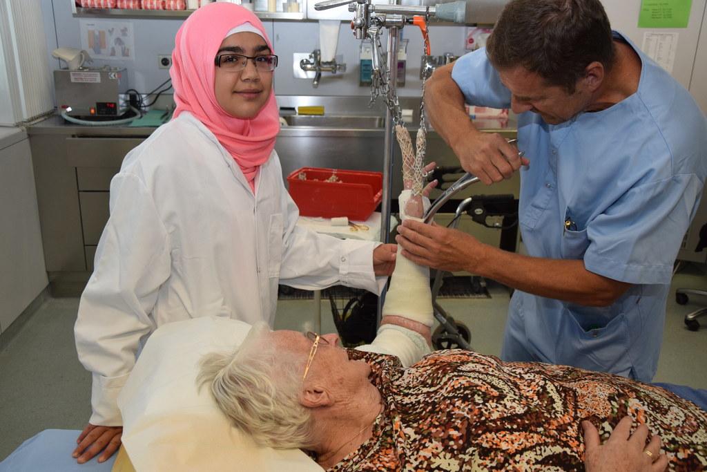 Das Land Salzburg erfüllt Halimah den Traum, Ärzten und Pflegern beim Eingipsen ..