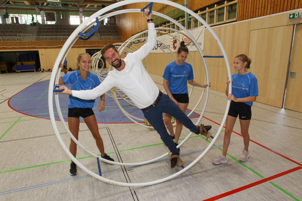 Landesrat Stefan Schnöll bei der Ferienaktion Jugend zum Sport im Sportzentrum Rif.