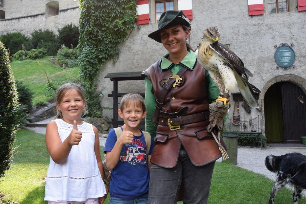 Max und Nina durften bei der Greifvogelvorführung auf Hohenwerfen hautnah dabei ..
