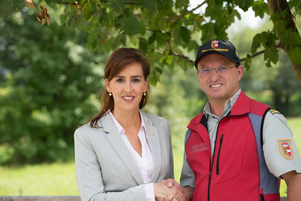 Landesrätin Maria Hutter und Alexander Leitner, der Landesleiter der Salzburger Berg- und Naturwacht.