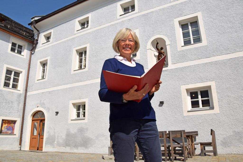 In einem Monat ist Eröffnung: Kustodin Christa Pritz vor dem Pfarr-, Wallfahrts-..