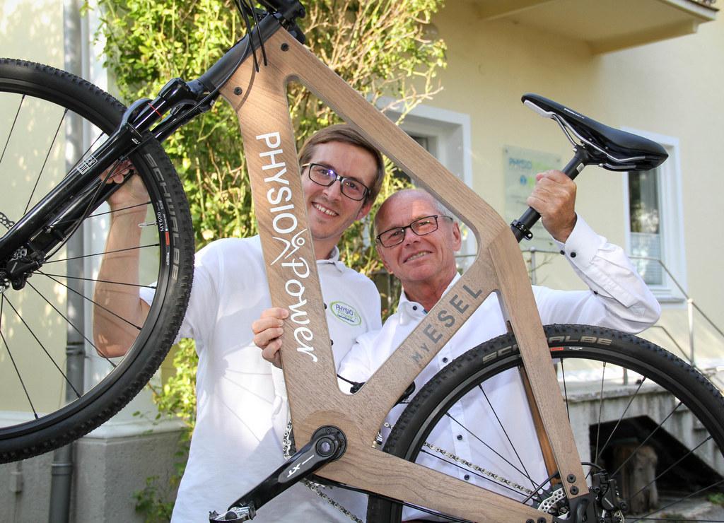 LHStv. Christian Stöckl schaute sich die Holzräder bei Physiotherapeut Thomas Ma..