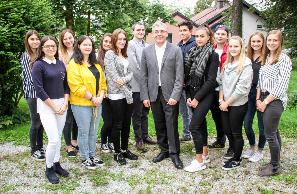LR Josef Schwaiger mit den 13 neuen Lehrlingen, die ihren Dienst und die Ausbild..