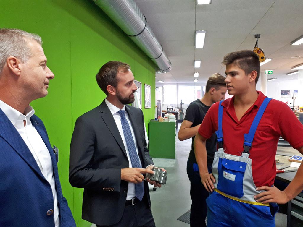 LR Stefan Schnöll im Gespräch mit ÖBB-Lehrling Tobias Thurner (rechts) und Franz..