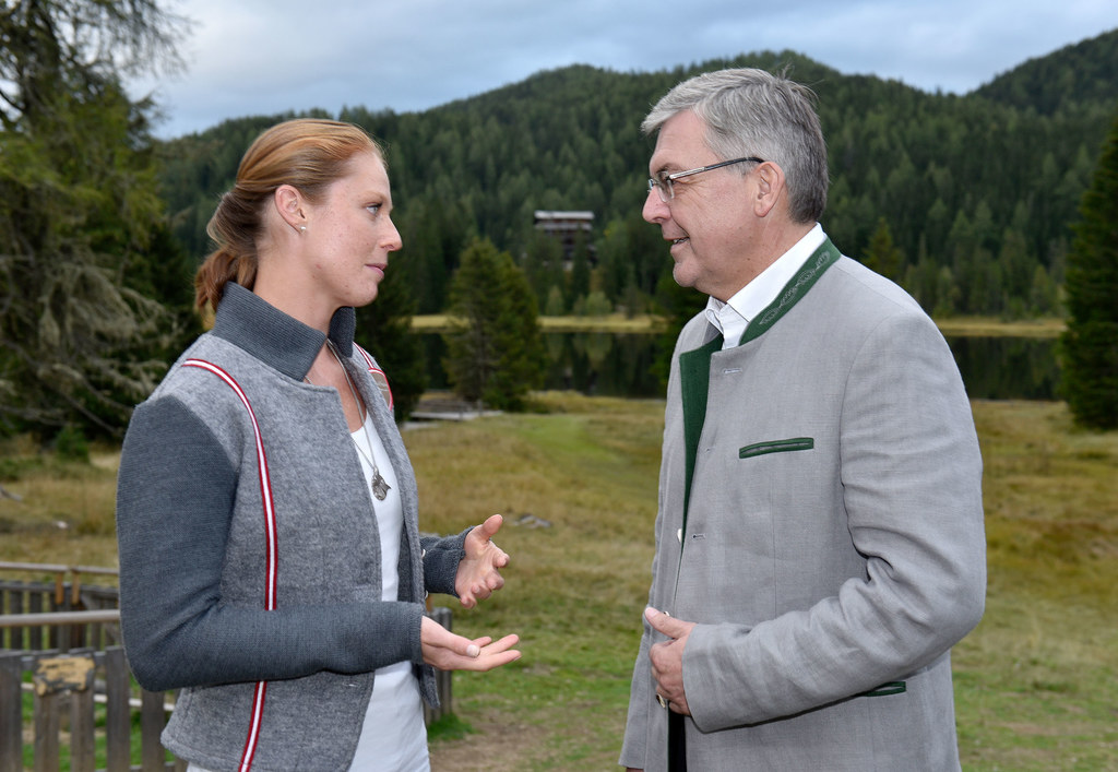 Neo-Lehrerin Verena Klausner mit LR Josef Schwaiger im Gespräch. Es gibt viel zu..