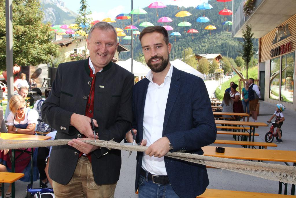 Bgm. Peter Brandauer und LR Stefan Schnöll eröffneten die Begegnungszone in Werf..