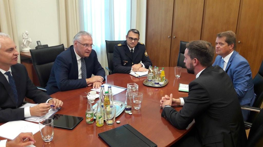 Verkehrslandesrat Stefan Schnöll im Gespräch mit dem bayrischen Innenminister Jo..
