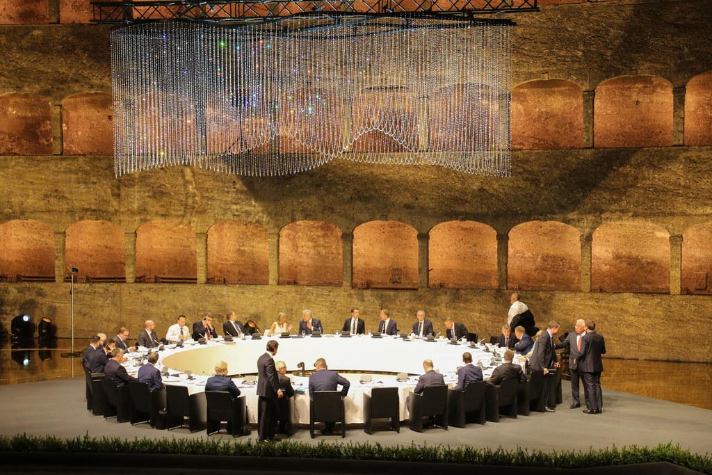 Die EU-Spitzen beim Arbeitsessen in der einmaligen Kulisse der Felsenreitschule.