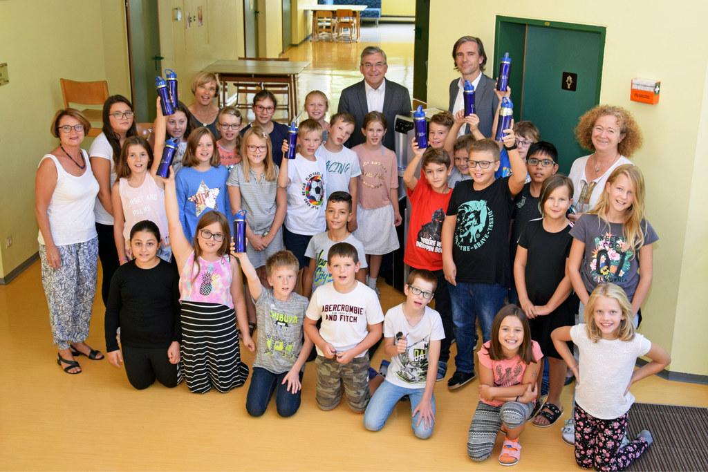 Landesrat Josef Schwaiger übergibt einen Trinkwasserspender an die Kinder der Vo..