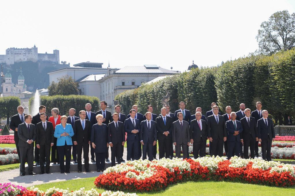 Die EU-Gipfel-Teilnehmer beim traditionellen Familienfoto im Mirabellgarten.