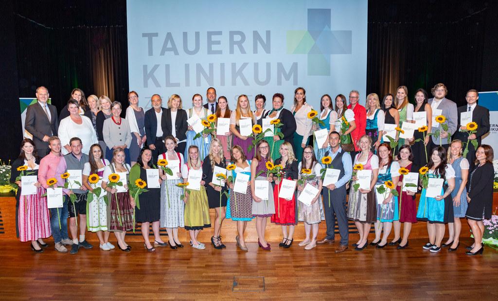 29 frischgebackene diplomierte Pflegekräfte erhielten ihre Zertifikate.