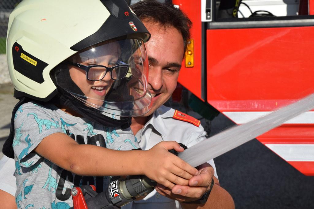 Kindertraum erfüllt! Matthias (5) hat gemeinsam mit Feuerwehrmann Franz Schönlei..