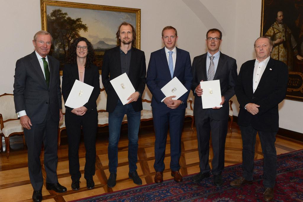 Landeshauptmann Wilfried Haslauer vereidigte vier neue Ziviltechniker, im Bild: ..