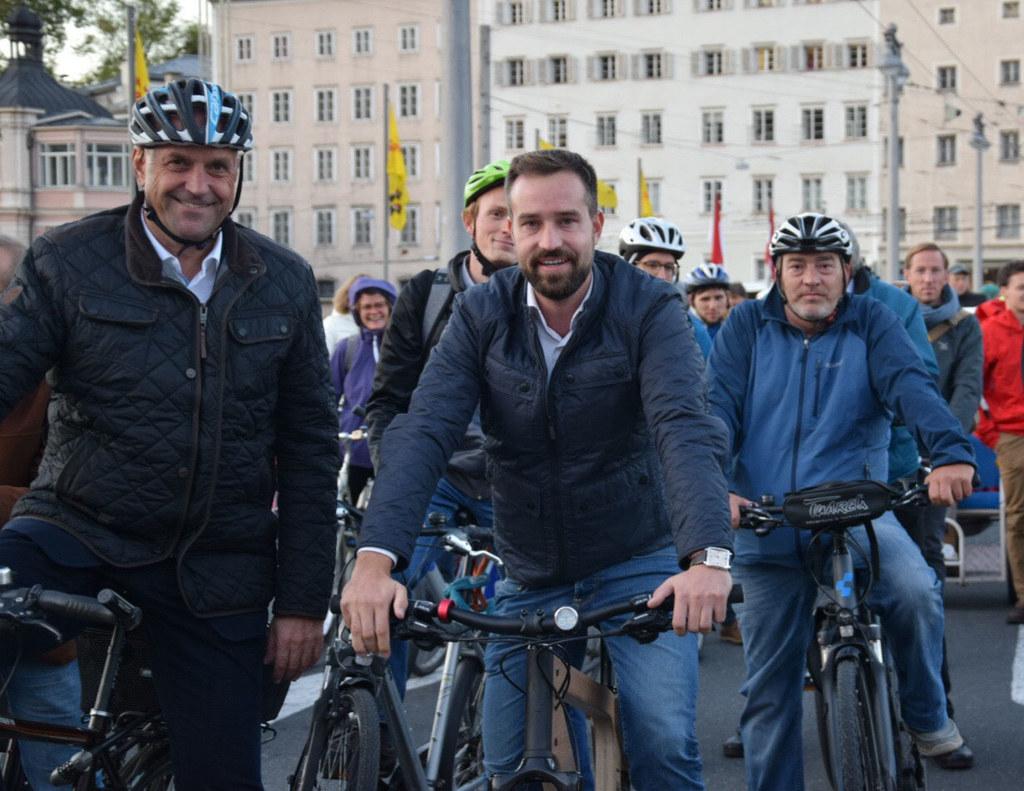 Fahrradparade in Salzburg, im Bild: Verkehrslandesrat Stefan Schnöll und der Wal..