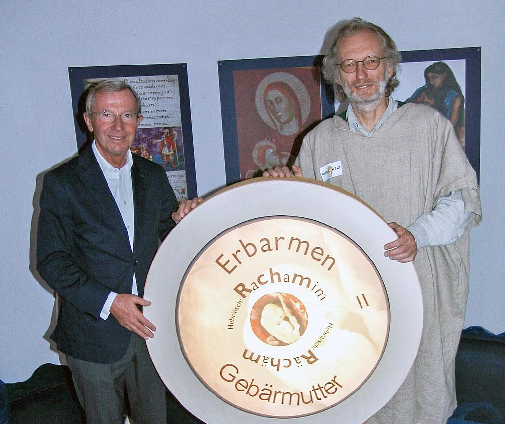 Landeshauptmann Wilfried Haslauer und der Obmann der Bibelwelt, Pfarrer Heinrich..