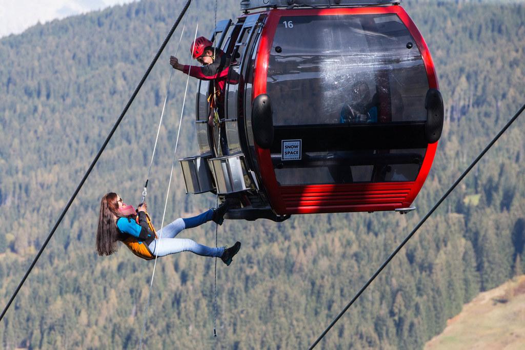 Eine Skifahrerin wird bei der größten Bergeübung Österreichs aus einer Gondel im..