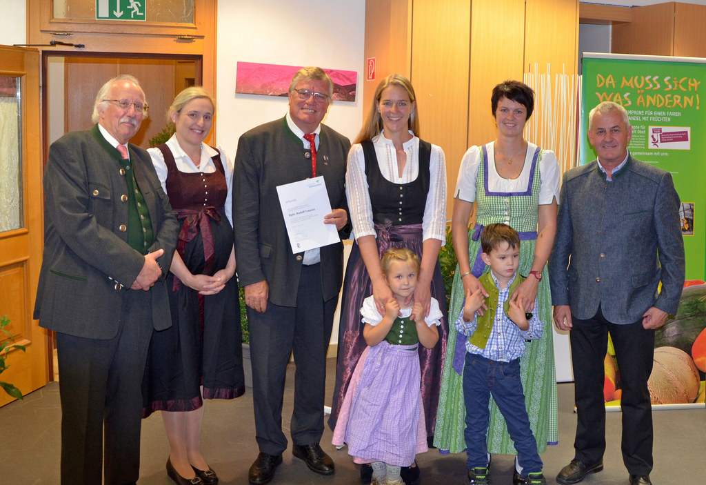 Landesrätin Andrea Klambauer (Bildmitte) zeichnete Bürgermeister Rudi Trauner au..