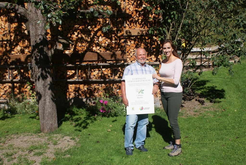 Der Garten der Familie Eder in Viehhofen wurde zur schönsten Streuobstwiese Österreichs gekürt. LR Maria Hutter gratulierte Alfred Eder.
